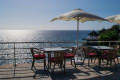 Tabelle und Stühle mit Regenschirm und einer schönen Seeansicht, Teneriffa, Costa Adeje, Kanarische Inseln Lizenzfreie Stockfotos