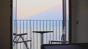 Tabelle und St?hle auf dem Balkon stock video footage