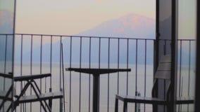 Tabelle und St?hle auf dem Balkon stock video