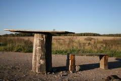 Tabelle und Stuhl auf der Natur Lizenzfreie Stockfotografie