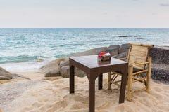 Tabelle und Stuhl auf einem felsigen Thailand setzen auf den Strand Lizenzfreie Stockbilder