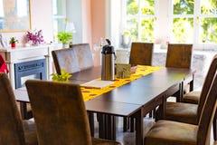 Tabelle und Stuhl in der Küche 1 Stockbild
