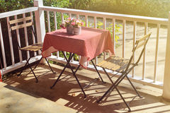 Tabelle und Stuhl in der Kaffeestube mit Schatten Stockfotografie