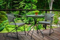 Tabelle und Stuhl in der Natur Stockfotos