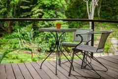 Tabelle und Stuhl in der Natur Lizenzfreie Stockbilder
