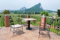 Tabelle und Stuhlgartenmöbel im Freien mit Naturansicht Lizenzfreies Stockbild
