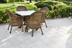 Tabelle und vier Stühle auf Patio Lizenzfreies Stockbild