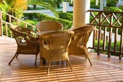 Tabelle und vier Stühle auf Patio Stockbild