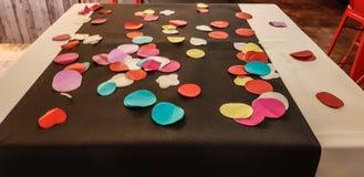 Tabelle verziert mit den farbigen Kreisen gemacht vom Papiermache stockbild