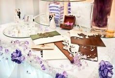 Tabelle verziert mit Hochzeitsnachrichten Lizenzfreies Stockfoto