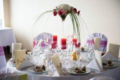 Tabelle verziert mit rosa Elementen Stockfoto