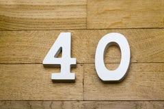 Tabelle vierzig auf dem hölzernen, Parkettboden lizenzfreie stockfotos