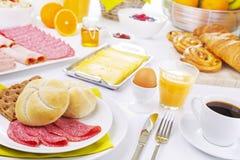 Tabelle voll mit Einzelteilen des kontinentalen Frühstücks Lizenzfreie Stockfotos