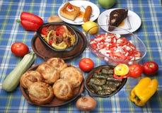 Tabelle voll von geschmackvollen traditionellen Mahlzeiten Stockbild