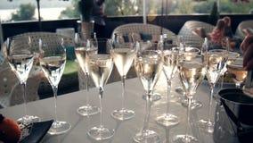Tabelle voll von Weingläsern stock video
