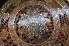 Tabelle von Indien Rosenholz, geschnitzter, eingelegter Messing lizenzfreies stockbild