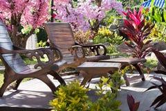 Tabelle zwei und Stühle im Garten Lizenzfreies Stockfoto