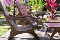 Tabelle zwei und Stühle im Garten Lizenzfreie Stockfotos