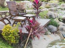 Tabelle zwei und Stühle im Garten Stockfotografie