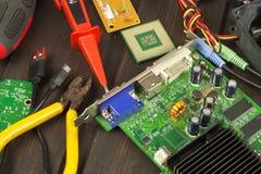 Tabellelektronikrepairman Hemdatorreparation Skrivbords- röraelektronikrepairman Återvinning av åtskilliga datorer arkivbild