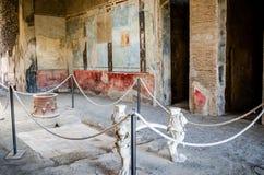 Tabellen arbetade fint i en Domus av Pompeii royaltyfria foton