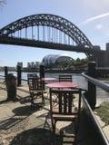 Tabellen auf dem Kai Newcastle Tyne und Abnutzung stockfotos