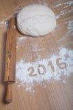 Tabellen 2016 auf dem Mehl, das auf hölzernem Hintergrund verschüttet wird Selektives f Stockfotos