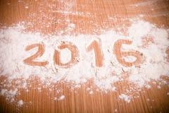Tabellen 2016 auf dem Mehl, das auf hölzernem Hintergrund verschüttet wird Selektives f Lizenzfreie Stockfotografie