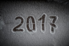 Tabellen 2017 auf dem Schnee Neues Jahr und Weihnachtsmotiv getont Stockfotografie