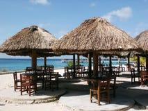 Tabellen auf dem Strand stockbild
