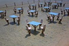 Tabellen auf dem Strand Lizenzfreies Stockfoto