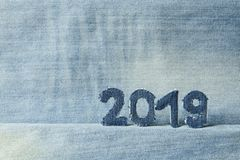 Tabellen 2019 auf Denimhintergrund lizenzfreie stockbilder