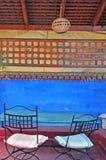 Tabellen auf der Terrasse Stockfoto