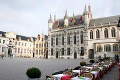 Restaurant und die historischen Gebäude auf dem quadratischen Brügge, Belgien Lizenzfreie Stockfotografie