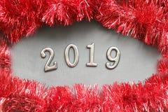 Tabellen 2019 auf einem hölzernen Hintergrund, um den Rahmen des Weihnachtslamettarotes stockbilder