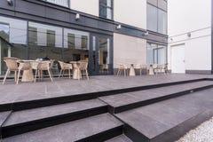 Tabellen auf einer Terrasse Lizenzfreie Stockfotos