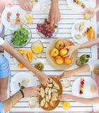 Tabellen av att äta för folk royaltyfria foton