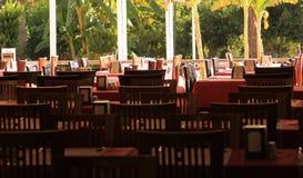 Tabellen bereit zum Dienen im Hotelrestaurant Stockfotos