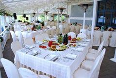Tabellen an der Gaststätte gedient für ein Bankett Stockfotografie