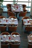 Tabellen in einem resturant Stockbild
