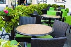 Tabellen in einem Sommerkaffee Stockfotos