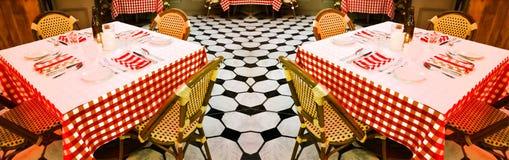 Tabellen in einer Gaststätte Stockfoto