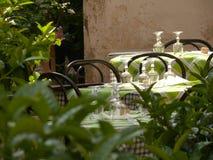 Tabellen eingestellt für das Mittagessen in einer typischen italienischen Taverne stockbild
