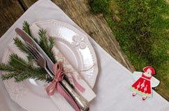 Tabellen-Einstellung für Weihnachten Abbildung der roten Lilie Lizenzfreies Stockfoto