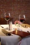 Tabellen-Einstellung für zwei mit Wein Lizenzfreies Stockfoto