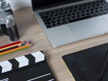 Tabellen för kontorsskrivbordet med, bärbar datordatoren, ilar telefonen, pensilen, ca arkivfoto