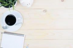 Tabellen för kontorsskrivbordet med datortillförsel blommar och kaffekopp t Royaltyfri Bild