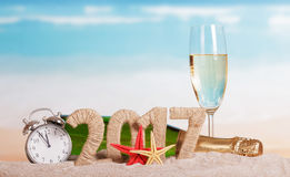 Tabellen 2017, Flaschenchampagner, Glas, Wecker, Starfish gegen Meer Stockfotos