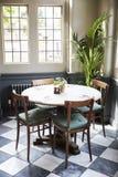 Tabellen gelegt für Service im leeren Restaurant lizenzfreies stockfoto