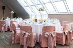 Tabellen am Hochzeitsempfang Stockbilder